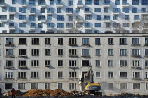 Смольный займется контролем сноса капитальных зданий
